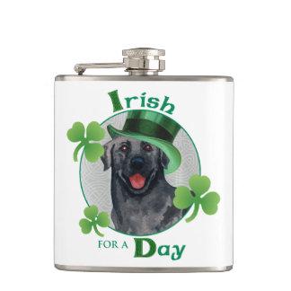 St Patrick Tagesschwarz-Labrador Flachmann