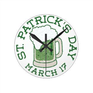 St. patricks beunruhigten grünes Bier Runde Wanduhr