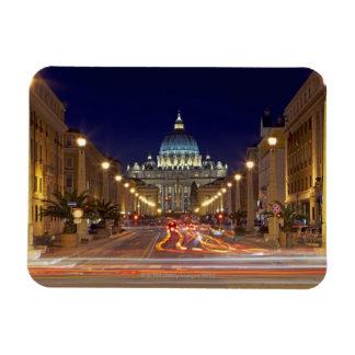 St Peter Basilika gegen Ende der Straße nachts Magnet