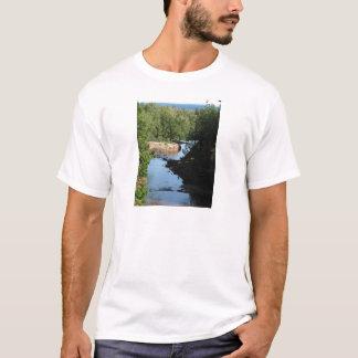 Stachelbeerfälle - Strom, der zwischen Bäume läuft T-Shirt