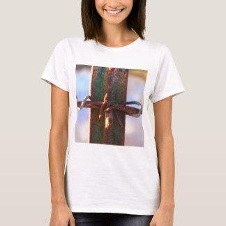 Stacheldraht-und Rost-Kreuz T-Shirt