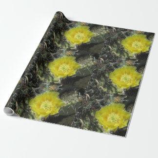Stachelige Birnen-Gelb-Blüte nah Geschenkpapier