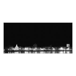 Stadt nachts belichtet werbekarte