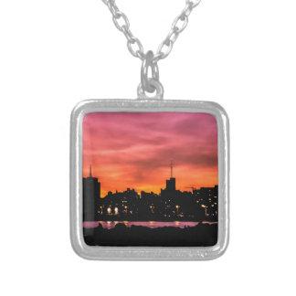 Stadtbild-Sonnenuntergang-Szene, Montevideo, Versilberte Kette