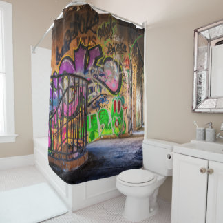 Städtische Graffiti-Kunst verlor verlassene Duschvorhang