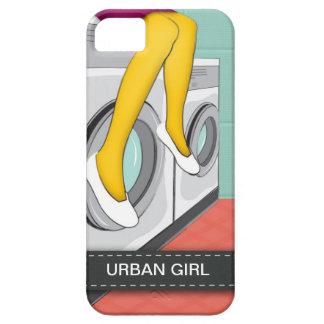 Städtisches Mädchen, das in einer Wäscherei in der iPhone 5 Etuis