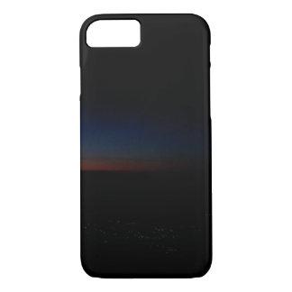Stadtlichter am Sonnenuntergang von einem Flugzeug iPhone 8/7 Hülle