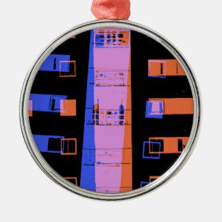 Stadtwohnungs-Gebäude nachts Rundes Silberfarbenes Ornament