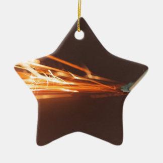 Stahlwerkzeug auf einem Schleifer mit Funken Keramik Ornament
