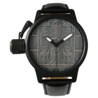 Stammes- schnitzende Uhr