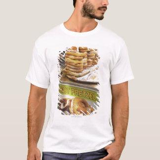 Stapel Brezeln an einem Stall T-Shirt
