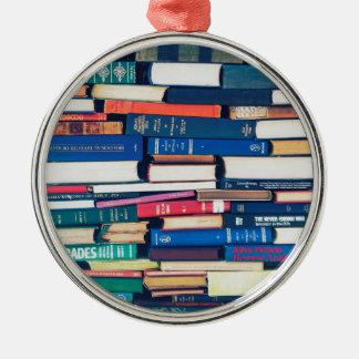 Stapel Bücher Rundes Silberfarbenes Ornament
