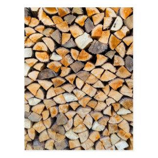 Stapel des Brennholzes als Baumstamm Postkarte