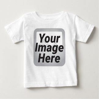 Stapel des unregelmäßig gehackten Brennholzes auf Baby T-shirt
