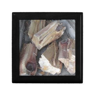 Stapel des unregelmäßig gehackten Brennholzes auf Erinnerungskiste