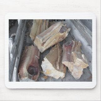 Stapel des unregelmäßig gehackten Brennholzes auf Mousepad