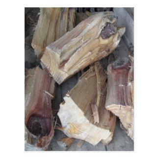 Stapel des unregelmäßig gehackten Brennholzes auf Postkarte