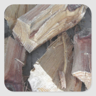 Stapel des unregelmäßig gehackten Brennholzes auf Quadratischer Aufkleber