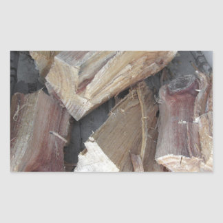 Stapel des unregelmäßig gehackten Brennholzes auf Rechteckiger Aufkleber