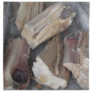 Stapel des unregelmäßig gehackten Brennholzes auf Stoffserviette