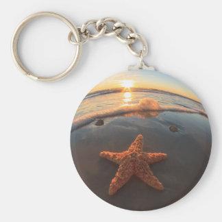 Starfish auf Strand am Sonnenuntergang Standard Runder Schlüsselanhänger