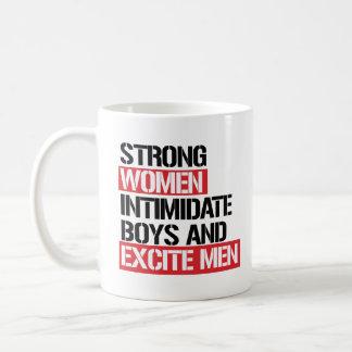 Starke Frauen schüchtern Jungen ein und regen Kaffeetasse