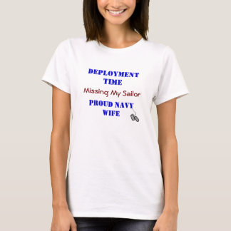 STATIONIERUNG… Marine-Ehefrau T-Shirt