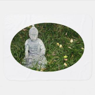Statue auf Blatt bedeckte Rasen Puckdecke