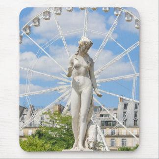 Statue, die Frau in Paris darstellt Mousepad
