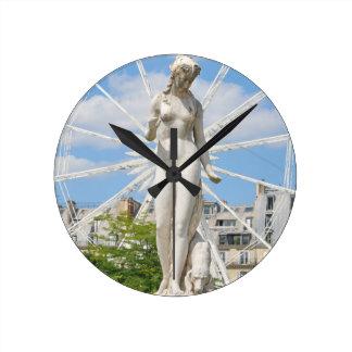 Statue, die Frau in Paris darstellt Runde Wanduhr