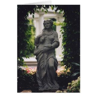 Statue gerahmt durch Grün Karte