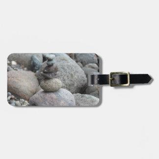 Steine an der Ostsee , gestapelt , Steinbalance Kofferanhänger