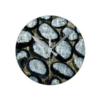 Steine unter Wasser Runde Wanduhr