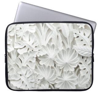 Steinmetzarbeit in einem Blatt-und Blumen-Motiv Laptop Sleeve