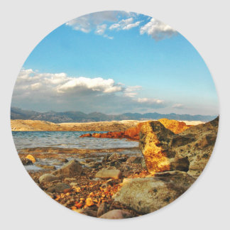 Steinstrand auf der Insel Pag in Kroatien Runder Aufkleber