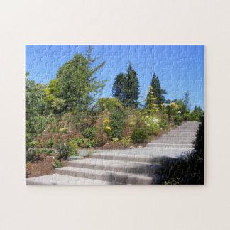 Steintreppe durch Baum-Garten-Puzzlespiel Puzzle