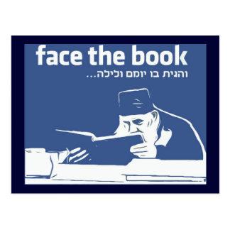 Stellen Sie das Buch gegenüber Postkarte