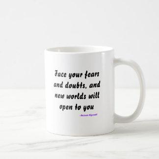 Stellen Sie Ihre Furcht und Zweifel gegenüber, und Kaffeetasse