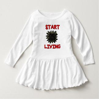 """""""Stellen Sie leben"""" Kleinkind-Rüsche-Kleid an Kleid"""