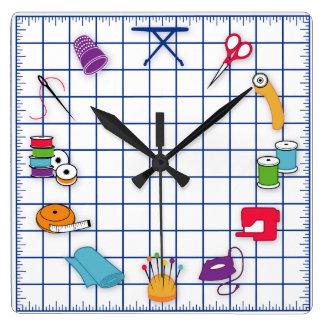 Steppen Sie und nähen Sie Zeit Quadratische Wanduhr