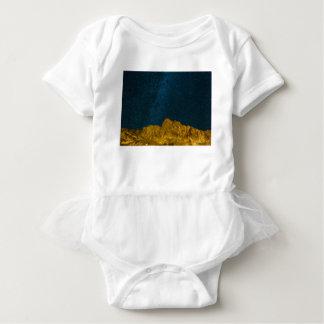 Sternenklarer nächtlicher Himmel über felsiger Baby Strampler