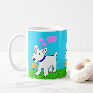 Stier-Terrier-Hund, der eine Blumen-Tasse riecht Kaffeetasse