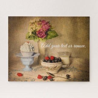Stillleben: Blaubeeren, Erdbeeren, kleiner Kuchen, Puzzle