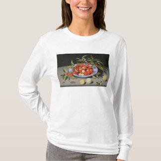 Stillleben der Kirschen und der Pfirsiche T-Shirt