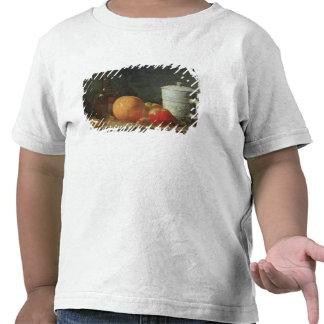Stillleben mit Frucht-und Wein-Flasche T-shirt