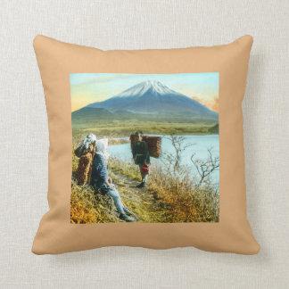 Stillstehen auf dem Straßenrand zum Fujisan Vintag Kissen