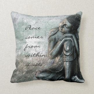 Stillstehender Buddha mit Frieden zitieren Wörter Kissen