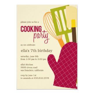 Stilvolle Küche, die Party Einladungen kocht