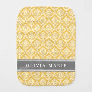 Stilvolles gelbes Damast-Muster mit grauem Namen Baby Spucktuch
