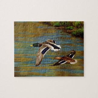 Stockente duckt das Fliegen über Teich Puzzle